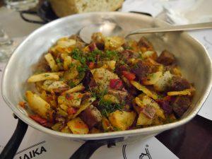 Boeuf Kavourmas avec pommes de terre et poivrons