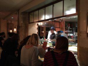Une cuisine ouverte où on aperçoit les produits frais